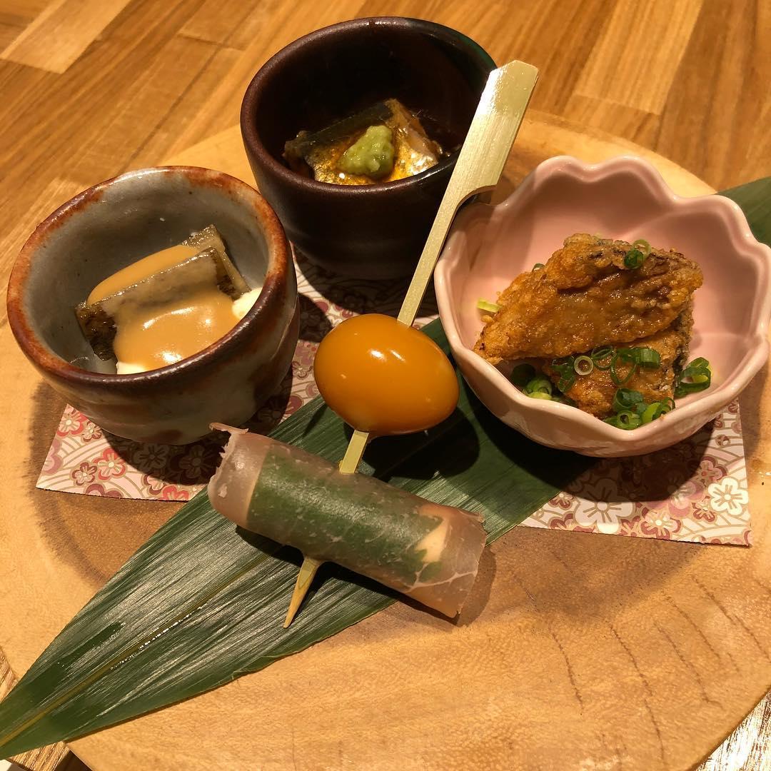 本日のお通しです 秋刀魚の生姜煮 豆腐と牛蒡のゴマ酢和え 地魚のから揚げ うずら卵と生ハムチーズ串  どれも気合い入れて作ってます