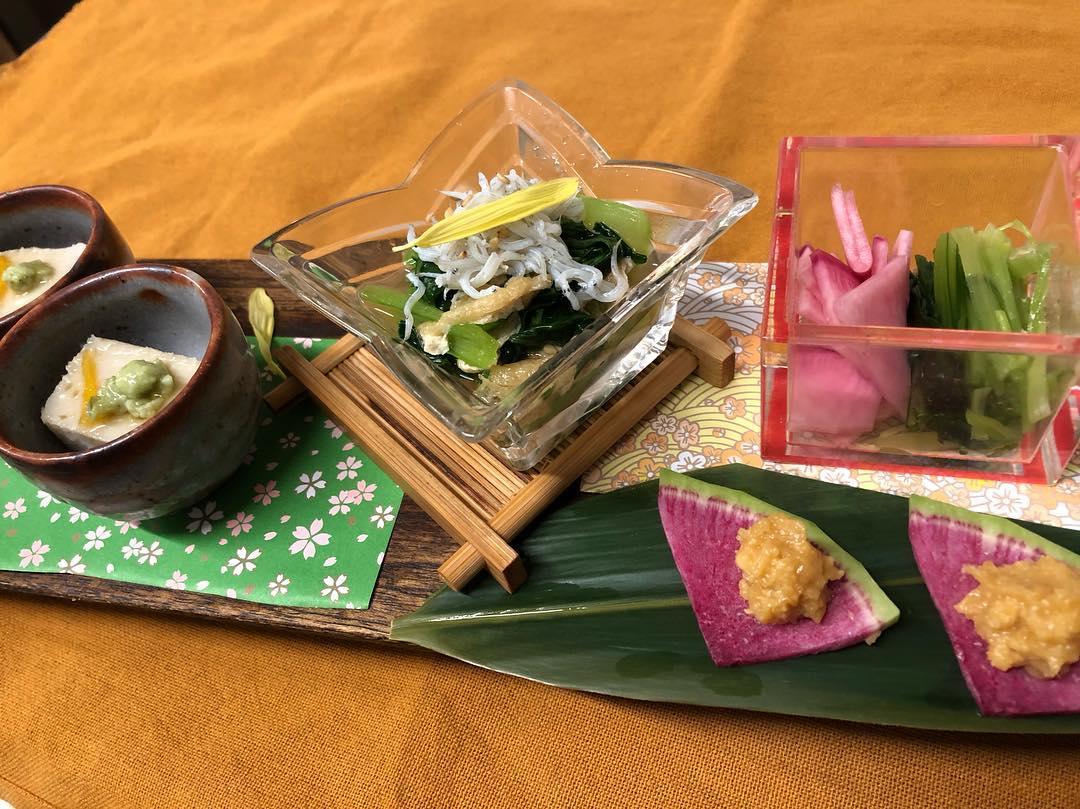 本日のお通し(2名様分)です 里芋のねり豆腐 無農薬小松菜のお浸し 赤カブと壬生菜の漬物 紅芯大根の味噌添え