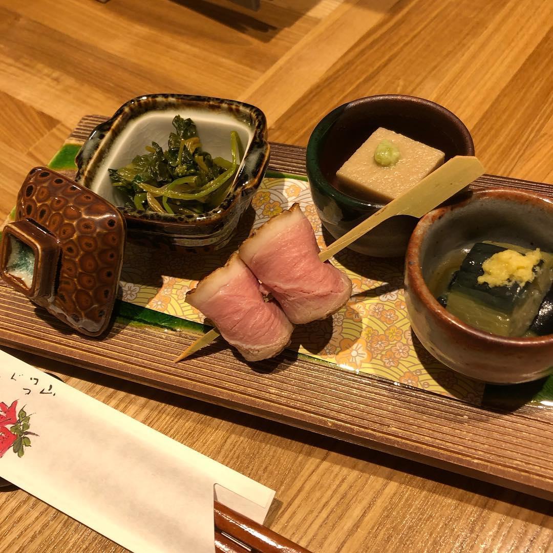[おはしどころ菜でしこ]  本日のお通しです  葉わさび醤油漬け 合鴨ロース串 ごま豆腐 なすの揚げ浸し