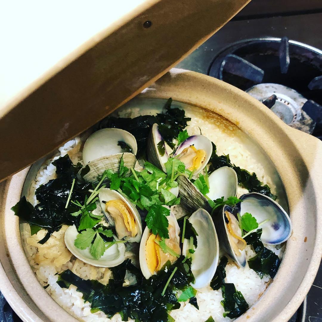[おはしどころ菜でしこ]  昨日のコースでお出しした 白はまぐりとワカメの土鍋炊きご飯です (写真は、試作と試食を兼ねて作ったまかない用のものですが) めちゃ 美味しいですよ