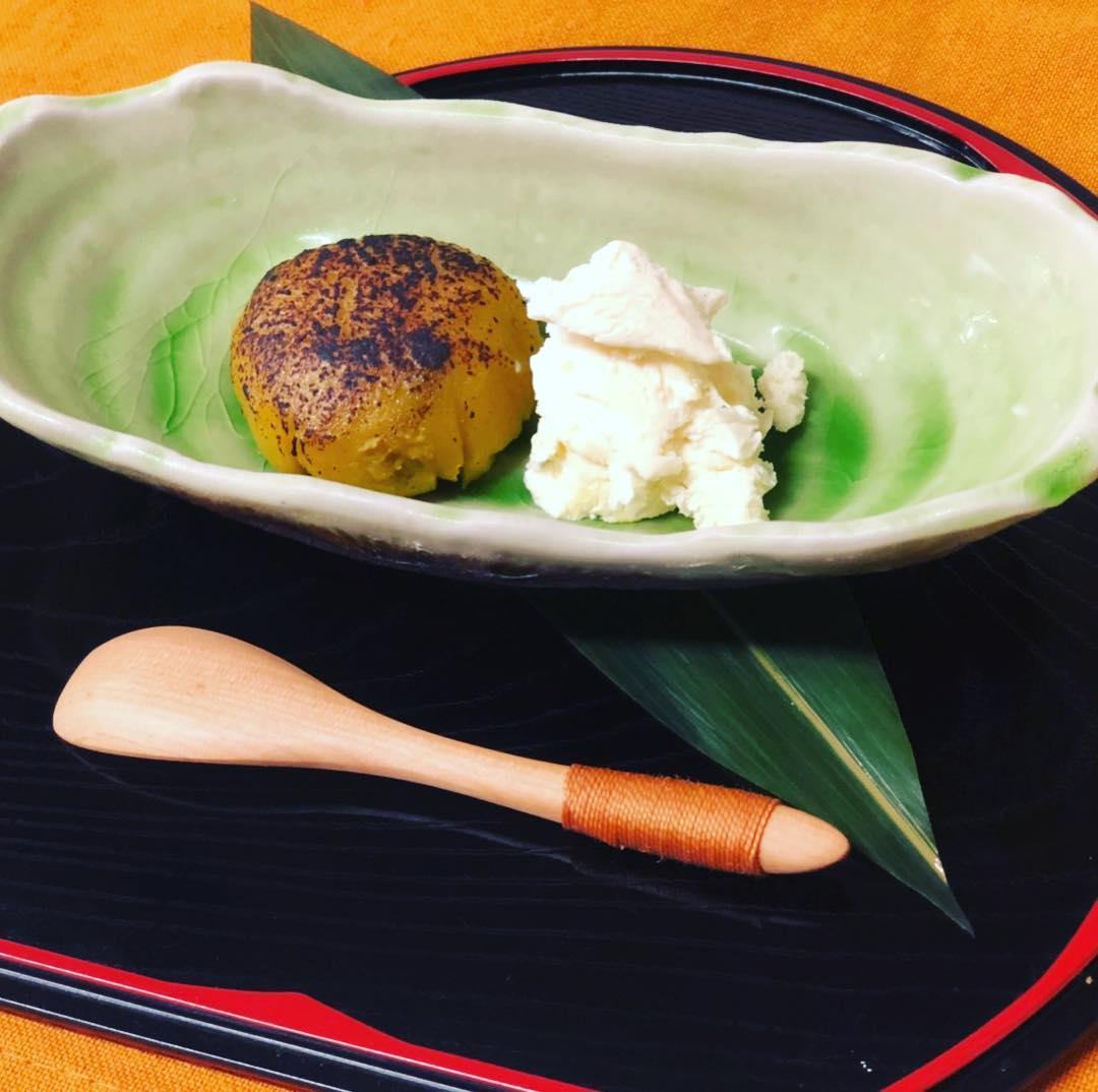 [おはしどころ菜でしこ] 「焼き安納芋と特製バニラアイス」 先日のコースのデザートです  安納芋は焼き芋にしてから裏ごし 中にあんこを詰めました️ バニラアイスも 手作りしてます