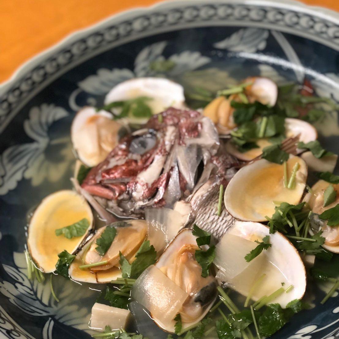 [おはしどころ菜でしこ]  天然鯛かぶとと皿貝の酒蒸しです️ (990円)  写真では解りづらいのですが、 特大の大皿料理です  鯛の旨味と貝の旨味が重なって スープがめちゃ旨でした ご予約を頂ければ、 ご用意することも出来ます♂️