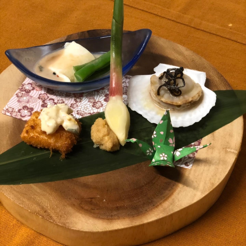 [おはしどころ菜でしこ]  今日は 先日お出しした コース料理(3000円)のご紹介です  1品目・・先付け4点盛り ・ ・ 2品目・・揚げゴボウと韓国のりのサラダ ・ ・ 3品目・・かつおとさわらの炙りのお造り ・ ・ 4品目・・とろけるチーズの茶碗蒸し ・ ・ 5品目・・手巻き寿司4種 ・ ・ 6品目・・自家製豆腐と鰆の揚げ出し ・ ・ 7品目・・漬物盛り合わせ ・ ・ 8品目・・揚げおにぎりのあんかけ ・ ・ 9品目・・生しぼりオレンジゼリー  内容は、その日によって変わりますので、ご了承下さい