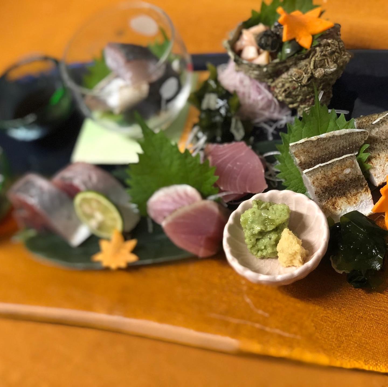 [おはしどころ菜でしこ]  先日の お刺身5種盛りです️️ サワラ炙り  つぶ貝  赤尾あじ  ぶり炙り  かます炙り  盛り合わせは その日のラインナップから お選びいただけますよ