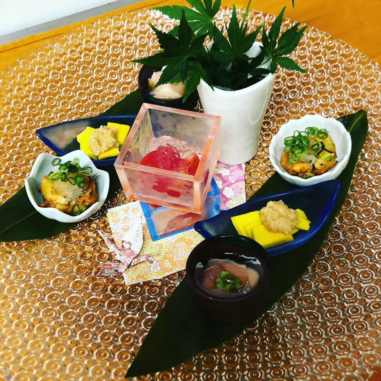 [おはしどころ菜でしこ] 〜本日のお通しです(2名様分)️〜   ・トマトの甘酢漬けジュレかけ  ・揚げたてのがんもどき  ・生かぼちゃ鳥味噌かけ  ・生ハム豆腐   もちろん全て手作り  気合い入れてこしらえてます     #おはしどころ菜でしこ #本庄駅南口ロータリー内 #月曜日定休 #17:00オープン  #菜でしこ #なでしこ #本庄女子会 #本庄宴会 #本庄1人飲み #ほんじょうテイクアウト #テイクアウト #本庄テイクアウト #本庄出張料理 #本庄駅前テイクアウト #籠原 #日本酒 #お通しが豪華