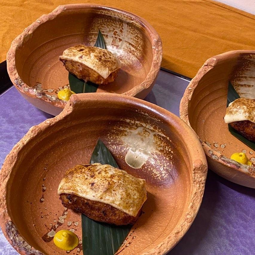 [おはしどころ菜でしこ] 〜ほたての豆乳クリームコロッケ〜    濃厚な豆乳でホワイトソースを作り  たっぷりの帆立を加えて  大きめコロッケに   最後に炙りチーズで仕上げてます    #おはしどころ菜でしこ #本庄駅南口ロータリー内 月曜日定休 17:00オープン  #なでしこ #本庄女子会 #居酒屋 #本庄1人飲み #ほんじょうテイクアウト #テイクアウト #本庄テイクアウト #本庄出張料理 #本庄駅前テイクアウト #前橋 #籠原 #日本酒 #お通しが豪華