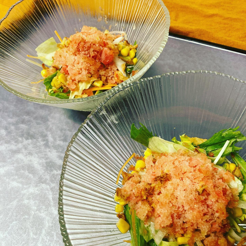 [おはしどころ菜でしこ] 〜完熟トマトシャーペットのサラダ〜 690円(写真は1人前を2皿に分けたものです)    糖度の高いトマトに  オリーブオイルや塩胡椒で調味して  シャーペットに    サラダの上にかき氷にして  さっぱりと召し上がっていただきます     #おはしどころ菜でしこ #本庄駅南口ロータリー内 月曜日定休 17:00オープン  #なでしこ #本庄女子会 #居酒屋 #本庄1人飲み #ほんじょうテイクアウト #テイクアウト #本庄テイクアウト #本庄出張料理 #本庄駅前テイクアウト #前橋 #籠原 #日本酒 #お通しが豪華