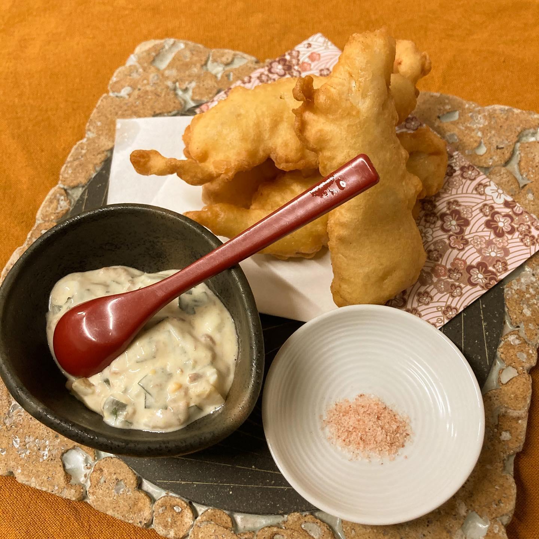 [おはしどころ菜でしこ] 〜ささみの天ぷら 梅タルタル〜   菜でしこの天ぷらはサクサク!   ・・でなく、フワフワな食感。   ちょっと変わっているんです。    ささみはしっとりジューシー🤤   よく、 「こんなささみ食べた事ない!」 と、おっしゃってくださいます    自家製梅タルタルには 食感を出すために、ある食材を使ってます。  当ててみてくださいね    #おはしどころ菜でしこ #本庄駅南口ロータリー内 月曜日定休 17:00オープン  #菜でしこ #なでしこ #本庄女子会 #本庄宴会 #本庄飲み放題 #本庄居酒屋 #ほんじょうテイクアウト #本庄海鮮居酒屋 #高崎 #本庄PayPay #本庄市 #本庄日本酒 #本庄一人飲み #本庄女子一人飲み #GotoEat  #ささみの天ぷら #菜でしこに来ると明日からも頑張れると言われたい