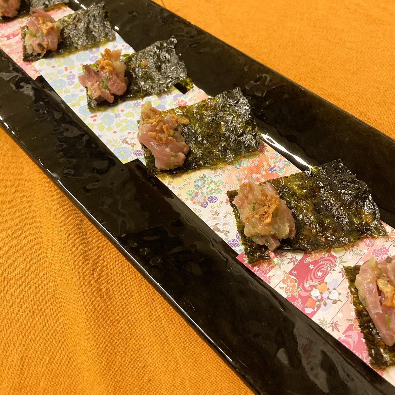 [おはしどころ菜でしこ] 〜鯵のなめろうを韓国のりで巻いて〜   常連さまへの裏メニューで お出しした一品です️   適度に熟成させた鯵と 数種類の香味野菜にお味噌を加え なめろうにしてます    生のお魚を叩いて 味噌と合わせるなんで 最初に考えた人はすごいですよね〜      #おはしどころ菜でしこ #本庄駅南口ロータリー内 月曜日定休 17:00オープン  #なでしこ #本庄女子会 #本庄宴会 #本庄飲み放題 #本庄居酒屋 #ほんじょうテイクアウト #本庄海鮮居酒屋 #高崎 #本庄PayPay #本庄市 #本庄日本酒 #本庄一人飲み #本庄女子一人飲み #GotoEat  #鯵のなめろう #美味しい料理とお酒は明日への活力