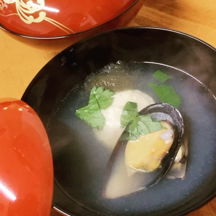 [おはしどころ菜でしこ] 〜海老しんじょうとムール貝のすまし汁〜    昨日のコース料理の お客様にお出ししました。    最近 さらに寒くなって来たので、 あたたかい和食のお出汁は 体をほっこりリラックスさせてくれます      #おはしどころ菜でしこ #本庄駅南口ロータリー内 月曜日定休 17:00オープン  #なでしこ #本庄女子会 #本庄宴会 #本庄飲み放題 #本庄居酒屋 #ほんじょうテイクアウト #本庄海鮮居酒屋 #高崎 #本庄PayPay #本庄市 #本庄日本酒 #本庄一人飲み #本庄女子一人飲み   #すまし汁 #美味しい料理とお酒は明日への活力