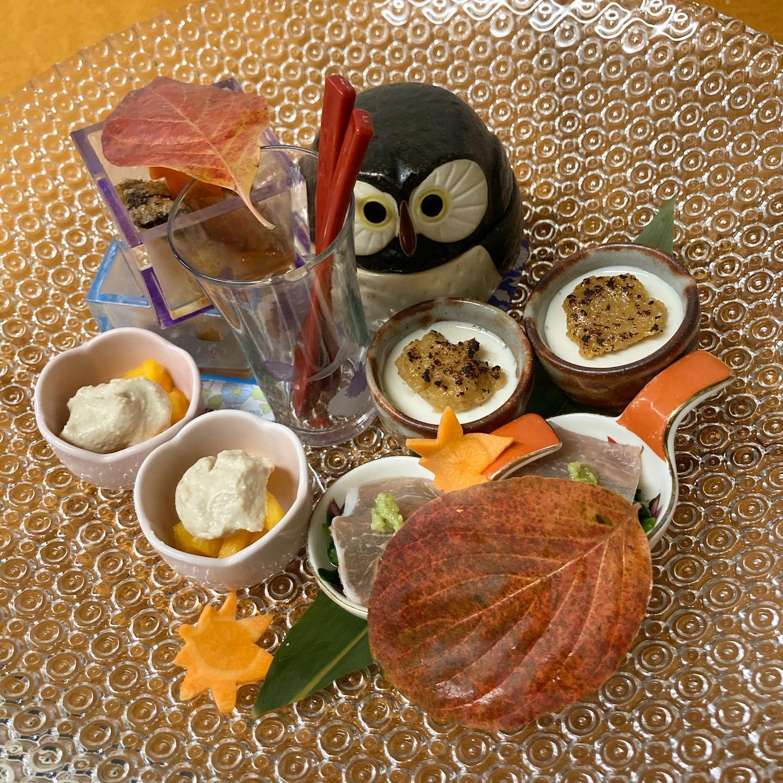 [おはしどころ菜でしこ] 〜昨日のお通し〜    ・地魚のから揚げ  ・柿の白あえ  ・自家製豆腐の田楽  ・生ハムとほうれん草のおひたし  ・(🦉の中に)さつまいものがんもどき     当店のスタンプカードの最高位(VIP) の常連さんなので、通常の4点盛りでなく 5点盛りです      #おはしどころ菜でしこ #本庄駅南口ロータリー内 月曜日定休 17:00オープン  #なでしこ #本庄女子会 #本庄宴会 #本庄飲み放題 #本庄居酒屋 #ほんじょうテイクアウト #本庄海鮮居酒屋 #高崎 #本庄PayPay #本庄市 #本庄日本酒 #本庄一人飲み #本庄女子一人飲み #GotoEat  #常連さん #美味しい料理とお酒は明日への活力