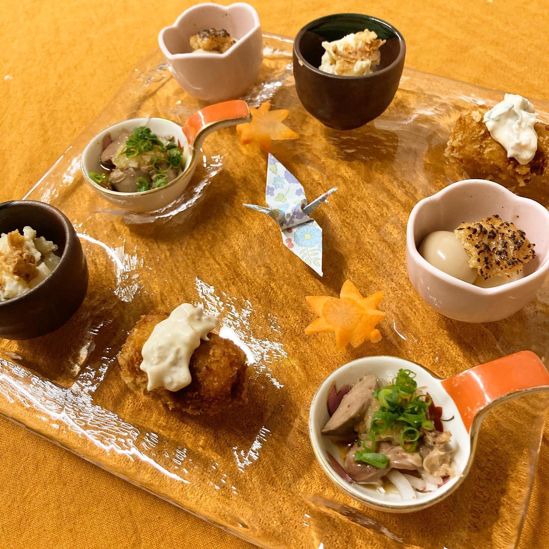 [おはしどころ菜でしこ] 〜本日のお通しです〜 (2名様盛り)   ・かぼちゃとチーズのコロッケ  ・たくわんのポテサラ  ・かぶとうずら卵の風呂ふき  ・とりレバーのおろしポン酢     先日の連休の時に購入した お皿で盛り付け   新しいお皿はテンション上がります     #おはしどころ菜でしこ #本庄駅南口ロータリー内 月曜日定休 17:00オープン  #なでしこ #本庄女子会 #本庄宴会 #本庄飲み放題 #本庄居酒屋 #ほんじょうテイクアウト #本庄海鮮居酒屋 #高崎 #本庄PayPay #本庄市 #本庄日本酒 #本庄一人飲み #本庄女子一人飲み   #お通し #美味しい料理とお酒は明日への活力
