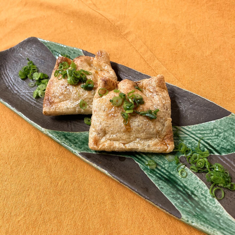 [おはしどころ菜でしこ] 〜なっとうととろけるチーズの袋焼き〜    なっとうとチーズは発酵食品どうし、 相性が良いんです    おいなりさんの様に 包んで焼く事で、なっとうの 気になるニオイも少なくなります     #おはしどころ菜でしこ #本庄駅南口ロータリー内 月曜日定休 17:00オープン  #なでしこ #本庄女子会 #本庄宴会 #本庄飲み放題 #本庄居酒屋 #ほんじょうテイクアウト #本庄海鮮居酒屋 #高崎 #本庄PayPay #本庄市 #本庄日本酒 #本庄一人飲み #本庄女子一人飲み   #ナピラ!? #美味しい料理とお酒は明日への活力