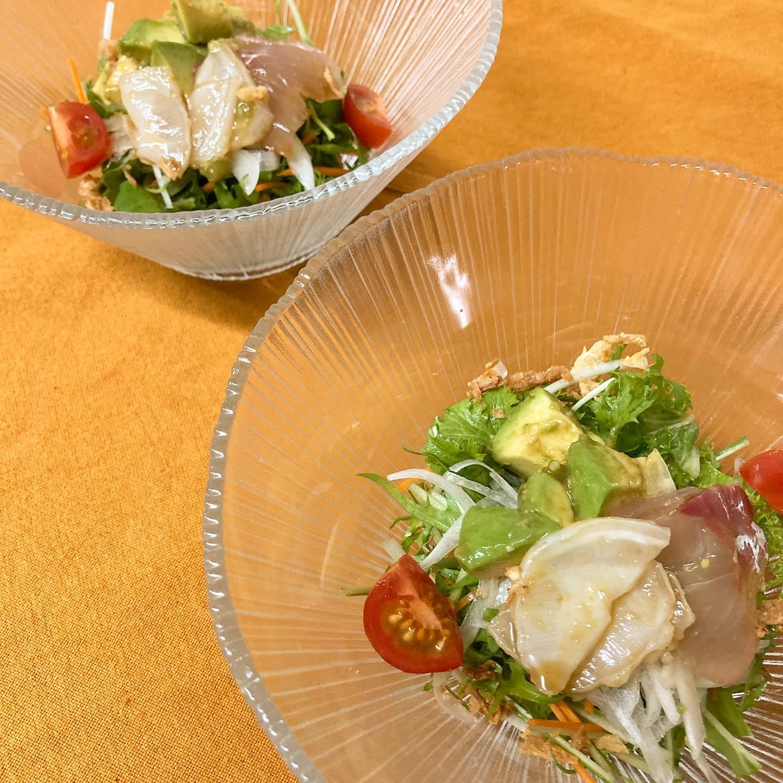 [おはしどころ菜でしこ] 〜海鮮とアボカドのサラダ〜   その日のおまかせのお刺身と、  アボカドのわさび醤油和えを  新鮮サラダに乗せて🥗   自家製ドレッシングでお召し上がりください   (ご人数に応じてにお分けしてますよ)    #おはしどころ菜でしこ #本庄駅南口ロータリー内 月曜日定休 17:00オープン  #菜でしこ #なでしこ #本庄女子会 #本庄宴会 #本庄飲み放題 #本庄居酒屋 #ほんじょうテイクアウト #本庄海鮮居酒屋 #高崎 #本庄PayPay #本庄市 #本庄日本酒 #本庄一人飲み #本庄女子一人飲み   #アボカドサラダ #美味しい料理とお酒は明日への活力