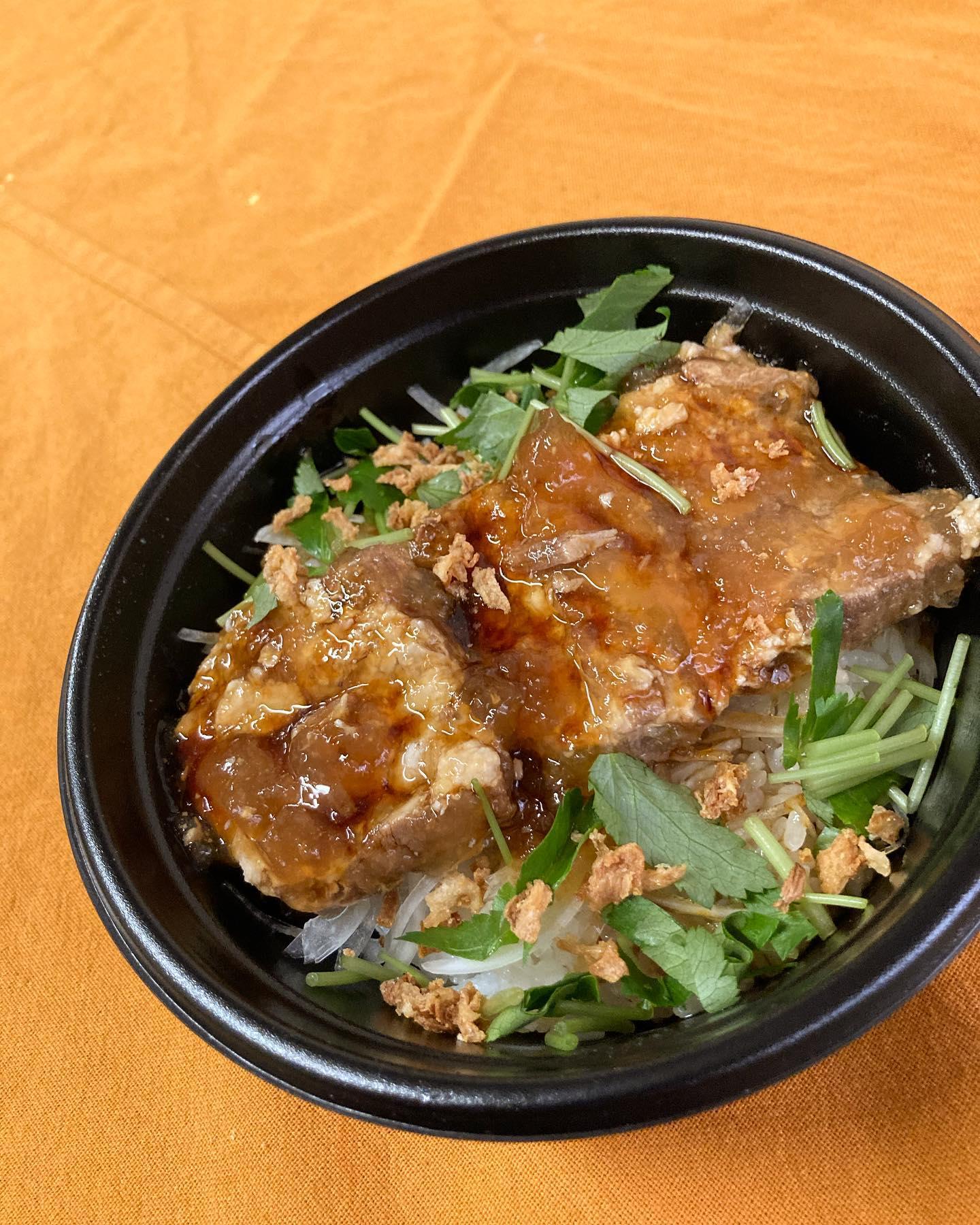 [おはしどころ菜でしこ] 〜豚なんこつのトロトロ煮ごはん〜   トロトロ角煮のつゆだく丼🤤 (テイクアウト限定)   トロトロしてるのは 脂身でなく、コラーゲンですよー    小サイズ(ごはん150g)・・690円(+8%)  中サイズ(ごはん220g)・・790円(+8%)  大サイズ(ごはん300g)・・890円(+8%)      (+肉増量)  和食店のお味噌汁  ・・290円(+8%) ミニサラダ     ・・290円(+8%)   ※写真は大サイズです。  ※1日限定10食です。  前もってのご予約いただけると助かります。    【埼玉県本庄駅徒歩30秒】 【月曜日定休】 【17:00〜20:00】 【17:00前のご来店は予約のみで可】 【お昼の和食コース有り🥢】 【インスタのメッセージ問合せ】    #本庄 #本庄和食 #本庄居酒屋 #ほんじょうテイクアウト #本庄海鮮居酒屋 #本庄一人飲み #本庄女子一人飲み #本庄グルメ #本庄ディナー #グルメ好きと繋がりたい #インスタ映え  #本庄駅テイクアウト