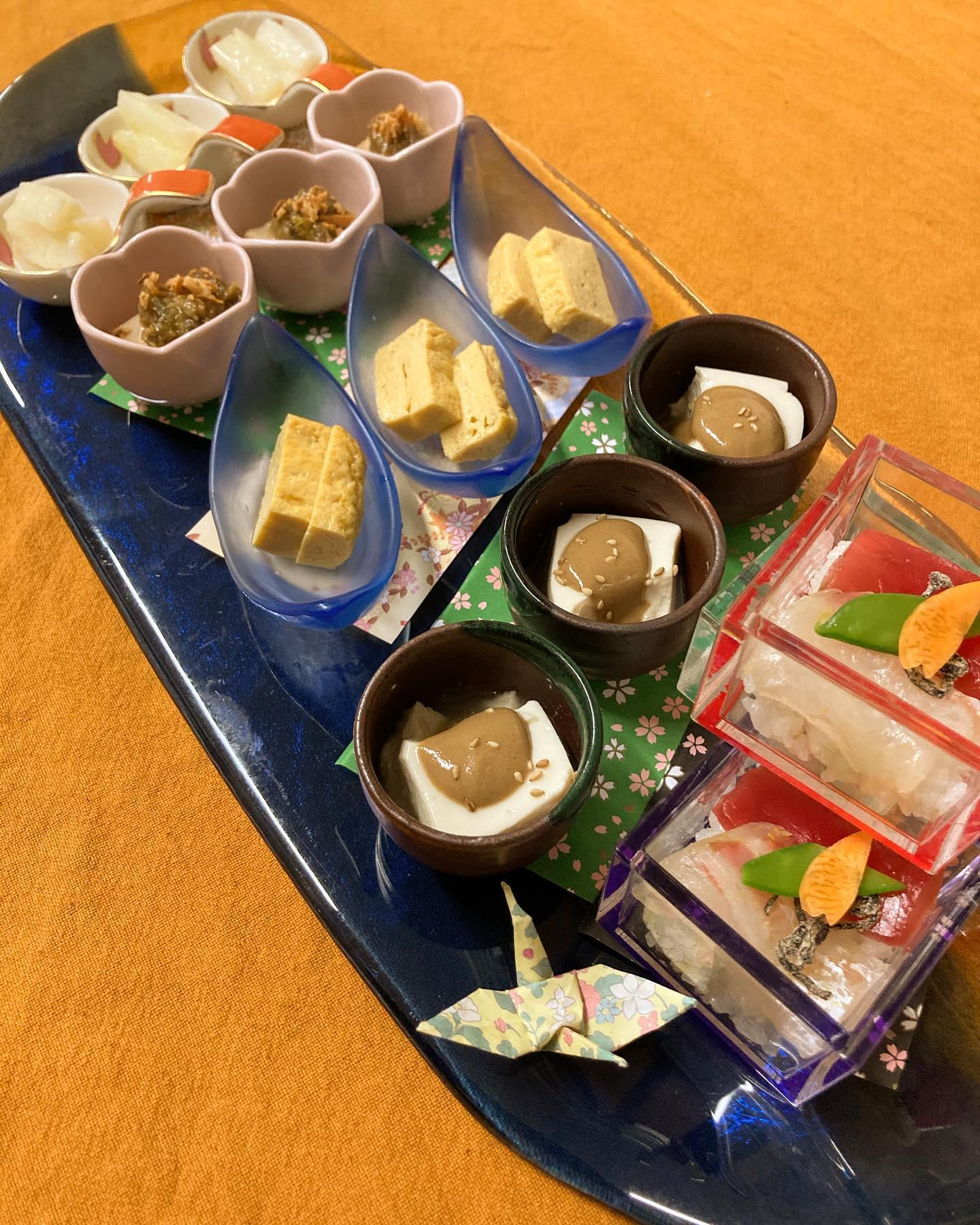 [おはしどころ菜でしこ] 〜昨日のお通し〜   スタンプカードの特典で5点盛り    ・2色のミニちらし寿司  ・自家製豆腐のゴマ酢かけ  ・甘焼たまご  ・たけのこのふき味噌和え  ・セロリ塩麹漬け    ひな祭り用ちらし寿司の  試作を兼ねて作った  食材を使って     【埼玉県本庄駅徒歩30秒】 【月曜日定休】 【17:00〜20:00】 【17:00前のご来店は予約のみで可】 【お昼の和食コース有り🥢】 【インスタのメッセージ問合せ】    #本庄 #本庄和食 #本庄居酒屋 #ほんじょうテイクアウト #本庄海鮮居酒屋 #本庄一人飲み #本庄グルメ #本庄ディナー #本庄駅ディナー #本庄美味しい店 #本庄PayPay #おはしどころ菜でしこYouTube  #お通し
