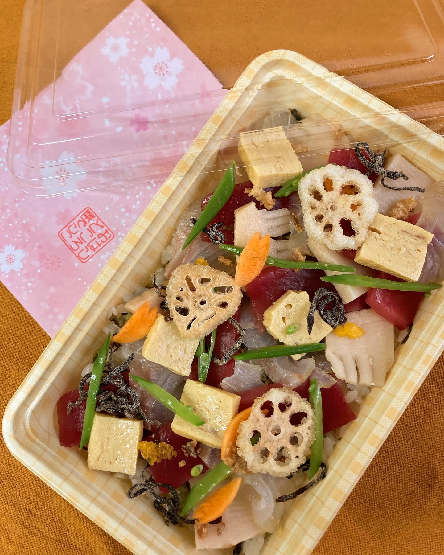 [おはしどころ菜でしこ] 〜桜鯛ゆず〆とマグロの贅沢ちらし寿司〜    ひな祭り限定の超豪華なちらし寿司️   旬の脂の乗った桜鯛を 柚子の香る昆布〆に🤤   マグロの赤と桜鯛の白の2色で 紅白を演出してみました    さらにシャリには 高菜炒めを混ぜ込み旨味と 食感をプラス   渾身の一品️  ご予約受け付けております   1個 1690円(+税) (白はまぐりと海老しんじょうのすまし汁付き)   ※3月2日までの20食限定販売です。     【埼玉県本庄駅徒歩30秒】 【月曜日定休】 【17:00〜20:00】 【17:00前のご来店は予約のみで可】 【お昼の和食コース有り🥢】 【インスタのメッセージ問合せ】    #本庄 #本庄和食 #本庄居酒屋 #ほんじょうテイクアウト #本庄海鮮居酒屋 #本庄一人飲み #本庄グルメ #本庄ディナー #本庄駅ディナー #本庄美味しい店 #本庄PayPay #おはしどころ菜でしこYouTube  #ちらし寿司 #ひな祭り