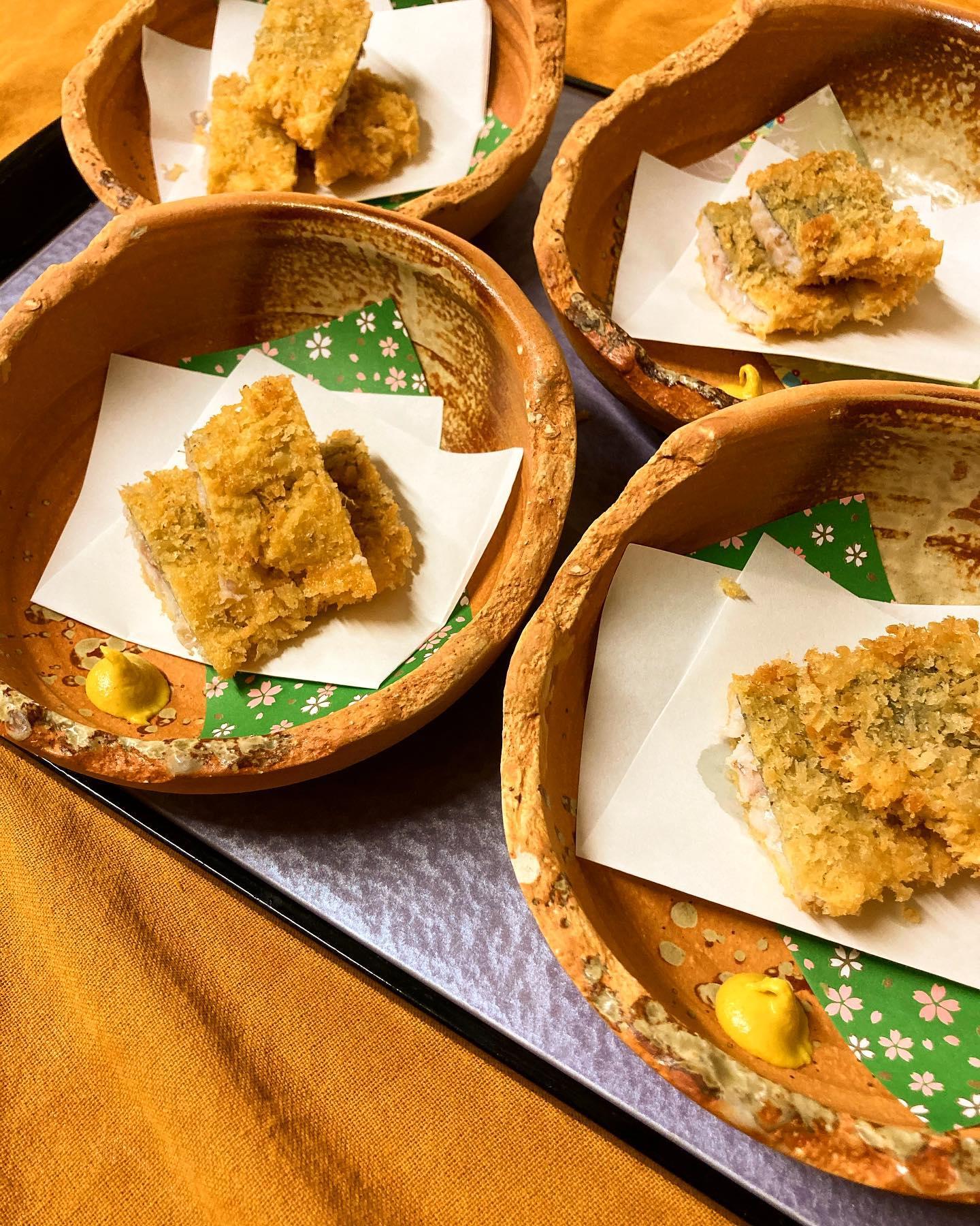 [おはしどころ菜でしこ] 〜美味しいアジフライの作り方〜   ・アジは卸したら小骨を抜き  リードペーパーで水分を拭き取る  (生臭みが抜けます)   ・アジ1匹に対し小さじ1杯ほどの料理酒に  10分ほど漬ける  (臭みが取れ、ふんわり仕上がります)    ・酒を拭き取り  塩コショウで下味を付ける  (魚の旨味が引き立ちます)   ・小麦粉→卵→パン粉で衣を付ける  (小麦粉はしっかりはたいて薄く付け  たまごはホイッパーでしっかり混ぜると  パン粉がきれいに付きます)    ・生のアジは直ぐに火が入るので  油で揚げる時は長時間揚げすぎない  (揚げすぎると硬くなります)    お店では自家製梅タルタルと ウスターソースで召しあがって いただいています   梅タルタルのレシピは過去の動画に有るので、 お時間あればそちらも合わせて 作ってみてくださいねー   【埼玉県本庄駅徒歩30秒】 【月曜日定休】 【17:00〜21:00】 【17:00前のご来店は予約のみで可】 【お昼の和食コース有り🥢】 【インスタのメッセージ問合せ】    #本庄 #本庄和食 #本庄居酒屋 #ほんじょうテイクアウト #本庄海鮮居酒屋 #本庄一人飲み #本庄グルメ #本庄ディナー #本庄駅ディナー #本庄美味しい店 #本庄PayPay #おはしどころ菜でしこYouTube