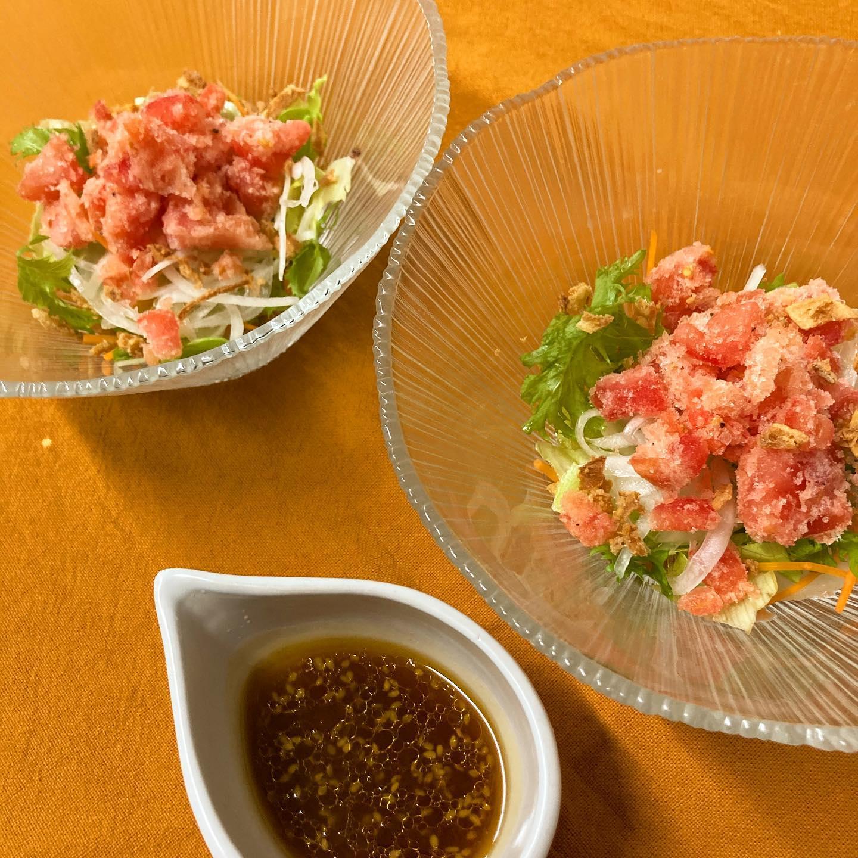 [おはしどころ菜でしこ] 〜完熟トマトシャーペットのサラダ〜       トマトが一年で一番美味しくなるのは初夏。     真夏のイメージがありますが 今まさに旬なんです!     その完熟の真っ赤なトマトを オリーブオイル等でマリネしてから シャーペットにしました     こってりしたお料理の後のお口直しとして コースでもお出ししてますよ             【埼玉県本庄駅徒歩30秒】 【11:00〜21:00】 【お昼の和食コース有り🥢】   【インスタのメッセージ問合せ】 【お店️0495-23-3058】 【携帯080-3455-4951】