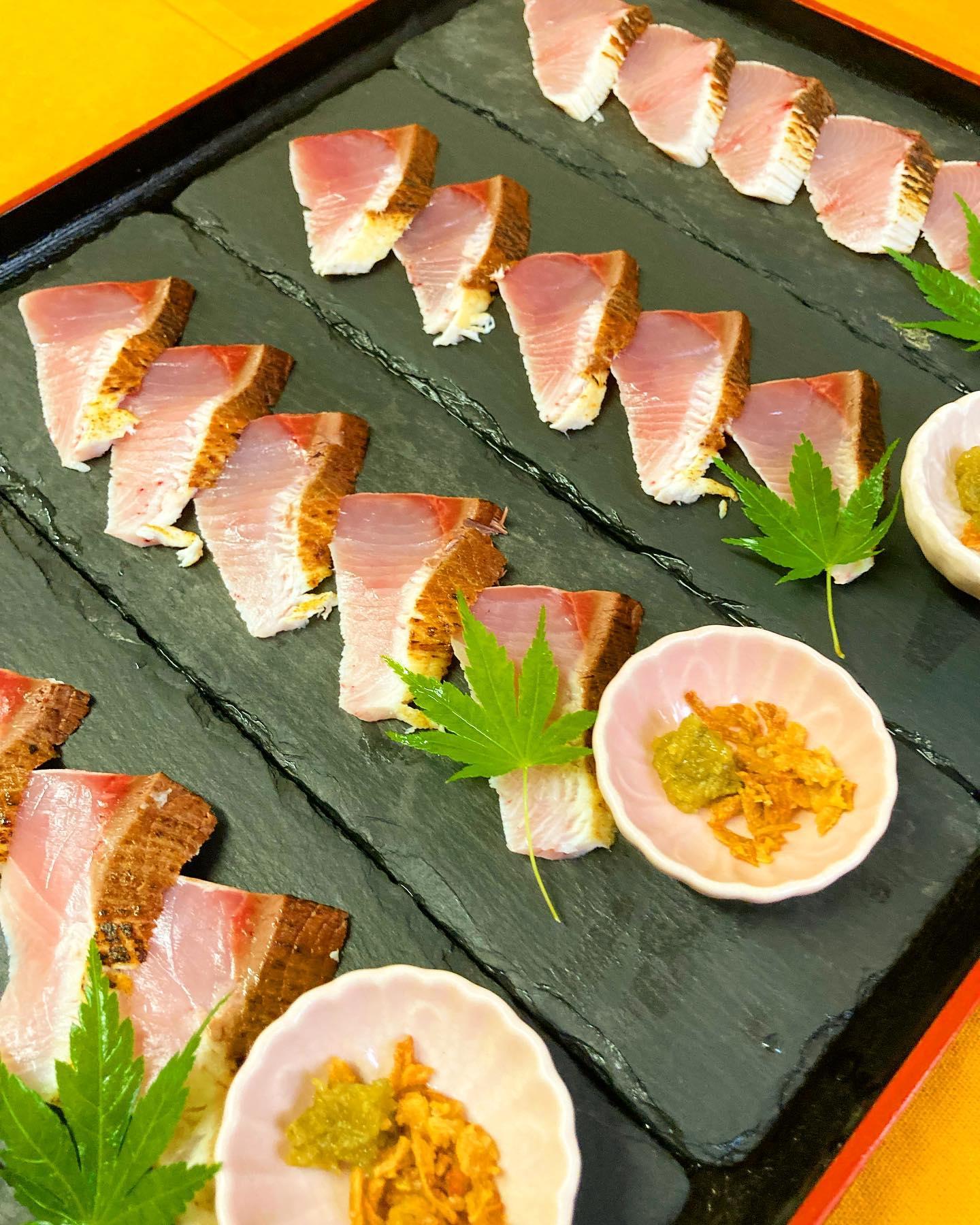[おはしどころ菜でしこ] 〜炙りぶりのしゃぶしゃぶとお寿司〜   昨日の貸し切りコースの一品です!   お刺身用のぶりを 2〜3秒しゃぶしゃぶして 召し上がっていただきました   3枚はそのままポン酢で、  2枚はしゃぶしゃぶしてから シャリを巻いてお寿司に    試食で食べましたが、美味い!  かなり美味しかったですねー      〜1日1組限定️貸し切り和食コース〜   🥢お一人様      税込4400円〜  (お一人様税込11000円までご用意出来ます)    3名様以上のご家族限定 貸し切りコース️ (同居されている方のみ)   ご家族のお集まりなので 本庄市の居酒屋でも 20時までお酒をお出し出来ます   時間 11:00〜21:00 (19:00までにご入店ください)   ご家族だけの貸し切り️   贅沢なお時間を お過ごしいただけます   なお、貸し切りコースやテイクアウトの ご予約が無い日は、 店休とさせていただきます。  ご予約のお問い合わせは インスタDM(プロフィール欄のメッセージ) でも可能ですので、 お気軽にお問い合わせくださいませ    【埼玉県本庄駅徒歩30秒】 【11:00〜21:00】 【お昼の和食コース有り🥢】  【インスタのメッセージ問合せ】 【お店️0495-23-3058】 【携帯080-3455-4951】      #本庄 #本庄和食 #本庄居酒屋 #ほんじょうテイクアウト #本庄海鮮居酒屋 #本庄一人飲み #本庄グルメ #本庄ディナー #本庄駅ディナー #おはしどころ菜でしこYouTube #Japanesefood  #蔓延防止措置