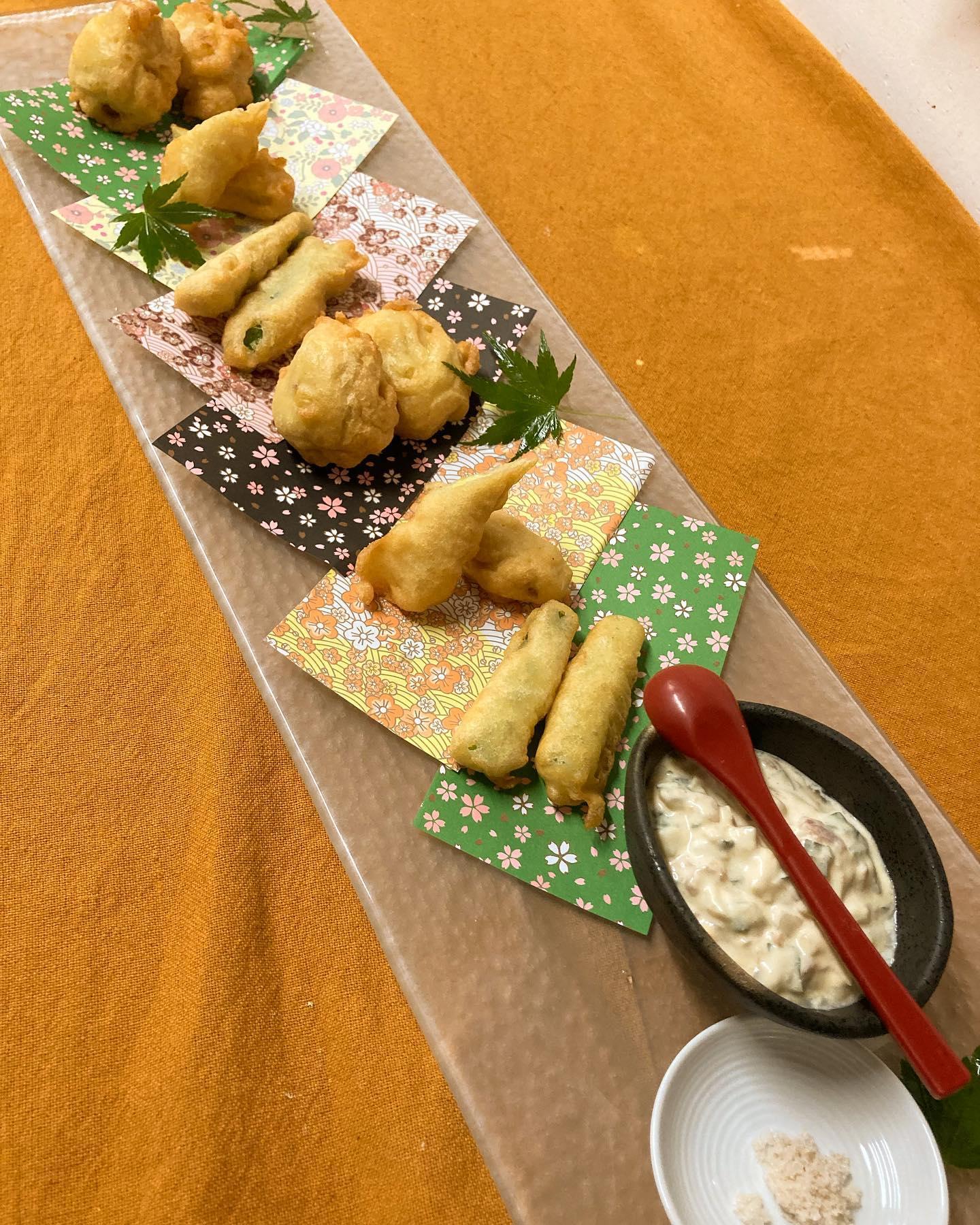 【おはしどころ菜でしこ】 〜特製天ぷら盛り合わせ〜   ・海老しんじょう ・ヤングコーン ・アスパラ     当店の天ぷらはいわゆる天ぷらとは ちょっと違った感じ️   サクサク食感ではなく、 ふっくらしっとり   たくわんを使った梅タルタルで 食感を出してます       ※お酒のご提供はご家族もしくは、  4名様以内のグループの方のみとなります。  ※ラストオーダー 20:00  閉店時間    21:00  【埼玉県本庄駅徒歩30秒】 【17:00〜21:00】 【お昼の和食コース有り🥢】  【インスタのメッセージ問合せ】 【お店️0495-23-3058】 【携帯080-3455-4951】     