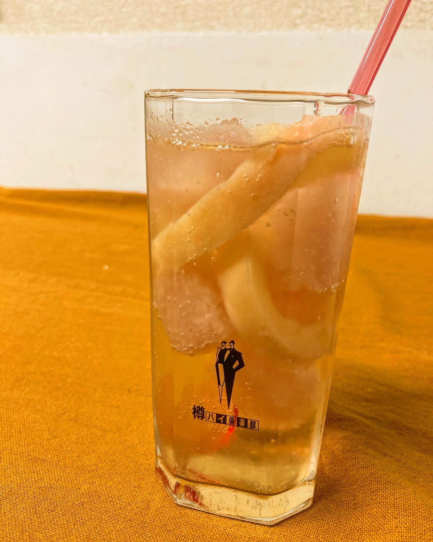 【おはしどころ菜でしこ】 〜贅沢な冷凍桃のコンポートサワー〜    栃木県産の完熟ももを蜜煮にして そのまま冷凍️  煮汁のスープも氷にしてあるので、 時間がたつほど濃密な味わいに   どちらもそのままシャーベットとして 食べれますよ〜   去年も好評だった桃サワーを さらに改良してレベルアップしました️     ※お酒のご提供はご家族もしくは、  4名様以内のグループの方のみとなります。  ※ラストオーダー 20:00  閉店時間    21:00  【埼玉県本庄駅徒歩30秒】 【17:00〜21:00】 【お昼の和食コース有り🥢】  【インスタのメッセージ問合せ】 【お店️0495-23-3058】 【携帯080-3455-4951】     