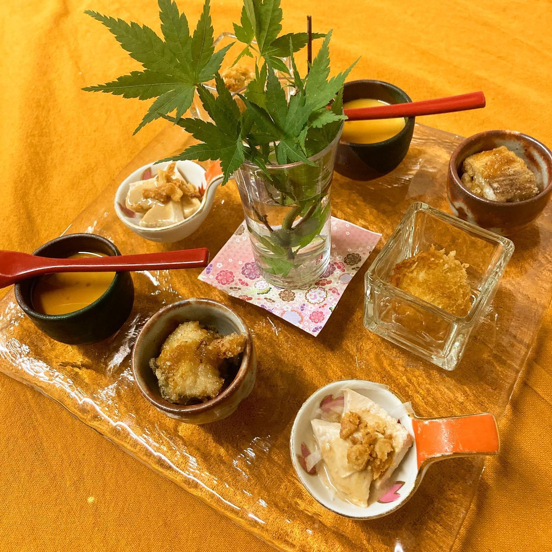 【おはしどころ菜でしこ】 〜先日のお通し〜   ・枝豆コロッケ ・自家製豆腐の冷やっこ ・鶏ハム胡麻酢和え ・地魚から揚げ    揚げ物はアツアツ️ 揚げおきなどしてません。  冷たいお料理は冷たく、 温かい料理は温かく。   当たり前ですけどね〜 大事なポイントです      ※お酒のご提供はご家族もしくは、  4名様以内のグループの方のみとなります。  ※ラストオーダー 20:00  閉店時間    21:00  【埼玉県本庄駅徒歩30秒】 【17:00〜21:00】 【お昼の和食コース有り🥢】  【インスタのメッセージ問合せ】 【お店️0495-23-3058】 【携帯080-3455-4951】   